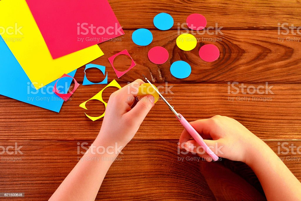 Children hands holding the scissors and paper Lizenzfreies stock-foto