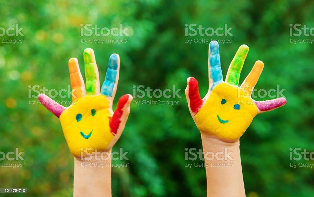 Kinderhände in Farben. Sommerfoto. Selektiven Fokus. - Lizenzfrei Anstreicher Stock-Foto