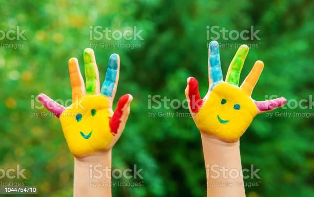 Kinderhände In Farben Sommerfoto Selektiven Fokus Stockfoto und mehr Bilder von Vorschulalter