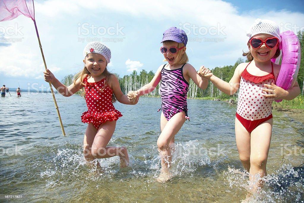 Fröhliche Kinder auf dem Strand – Foto