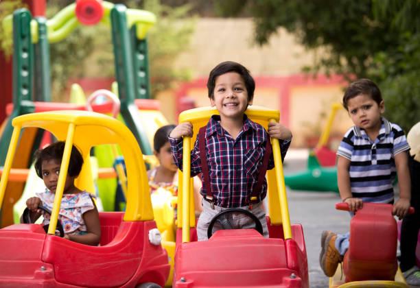 Kinder haben Spaß beim Spielen auf Spielzeugfahrten – Foto