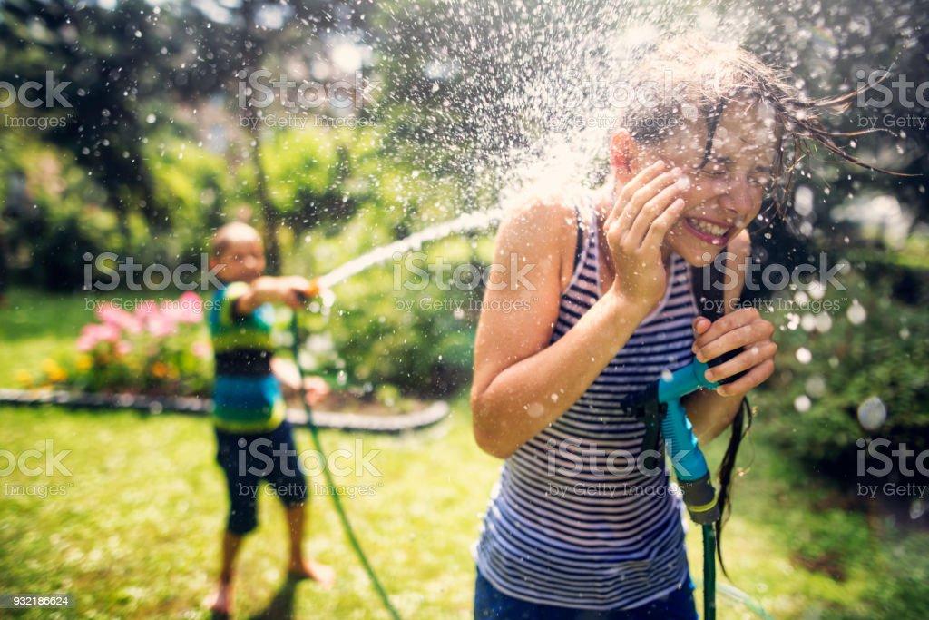 Kinder plantschen Spaß im Hinterhof – Foto
