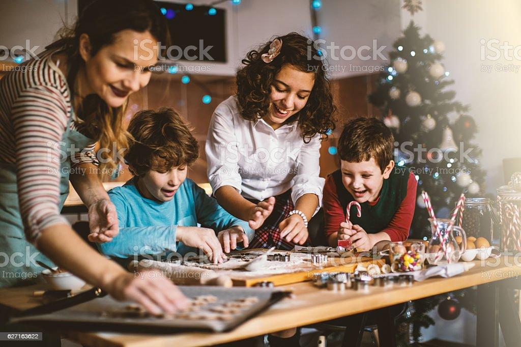 Kinder helfen Mutter Backen Kekse für Weihnachten – Foto