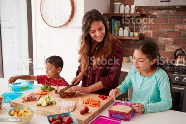 Children helping mother to make school lunches in kitchen at home picture id1006539062?b=1&k=6&m=1006539062&s=612x612&h=txiya1srlohh4jgmzsnirp t huxpsbjymejodfwf8o=