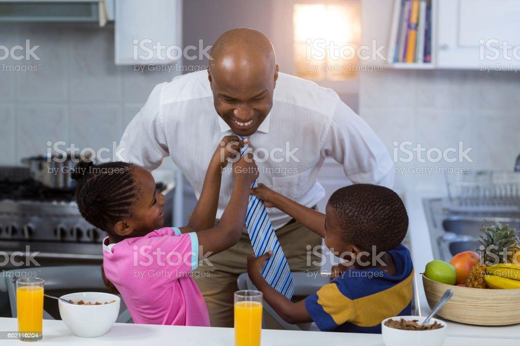 Kinder helfen ihren Vater in Krawatte binden – Foto