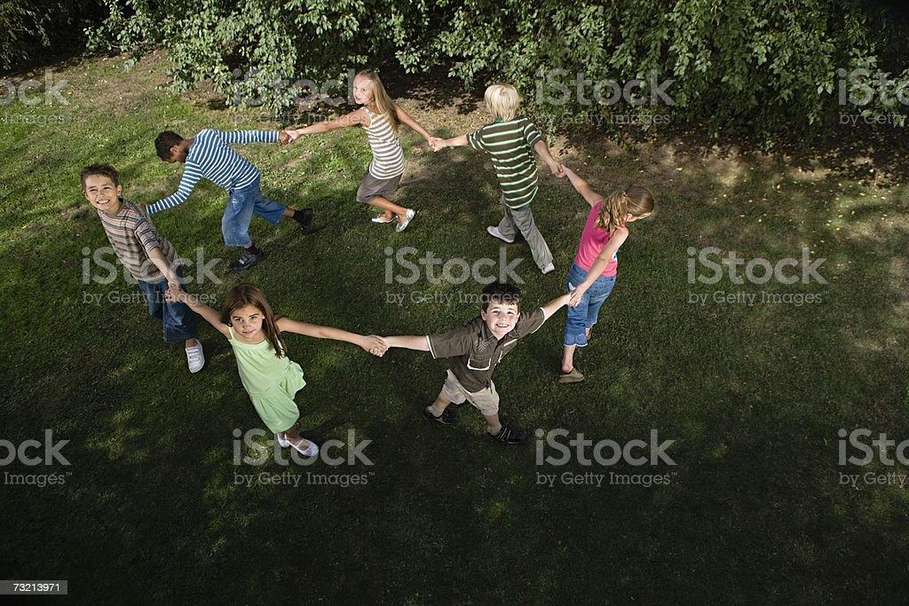 Enfants tenant les mains dans un cercle - Photo