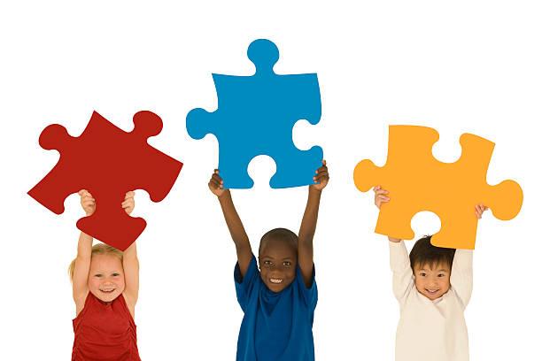 Kinder, die großen Puzzle Stücke – Foto