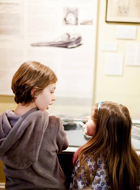 kinder in einem museum - vitrinenschrank stock-fotos und bilder