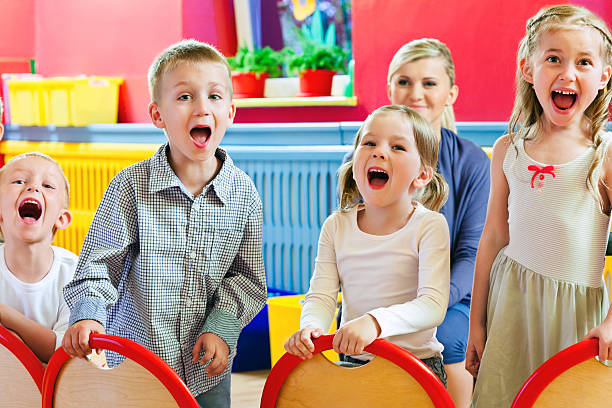 kinder im kinderzimmer school - lautbildungsspiele stock-fotos und bilder