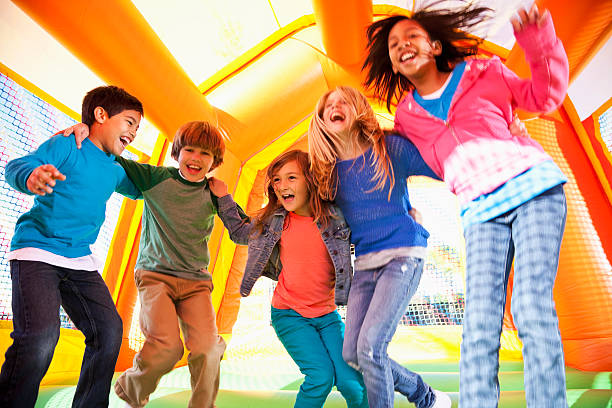 Kinder in bounce house – Foto
