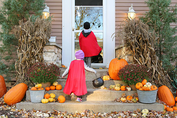 Enfants en Costumes d'Halloween Cap-or-Treating sur Halloween - Photo