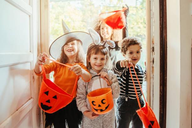 Kinder in Halloween-Kostümen vor einem alten Haus – Foto