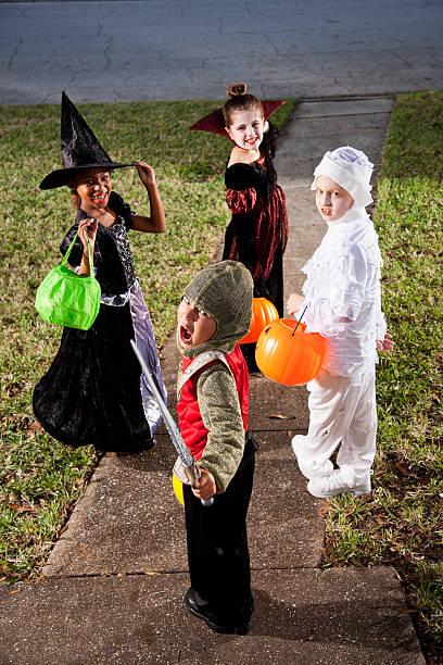 kinder in halloween-kostümen - die mumie 4 stock-fotos und bilder