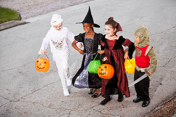 kinder in halloween-kostümen - die mumie 4 stock-fotos und bilder