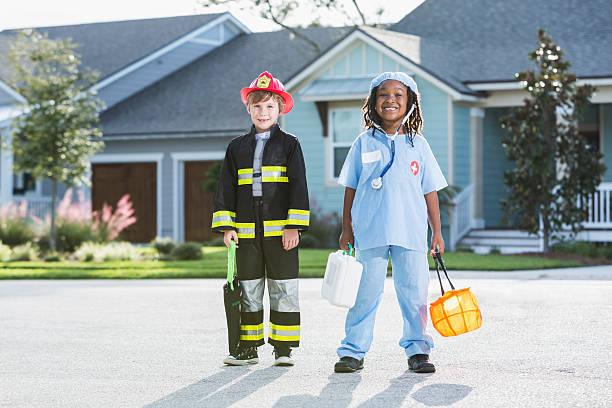 kinder in halloween-kostümen stehen auf einer wohnstraße - kleine jungen kostüme stock-fotos und bilder