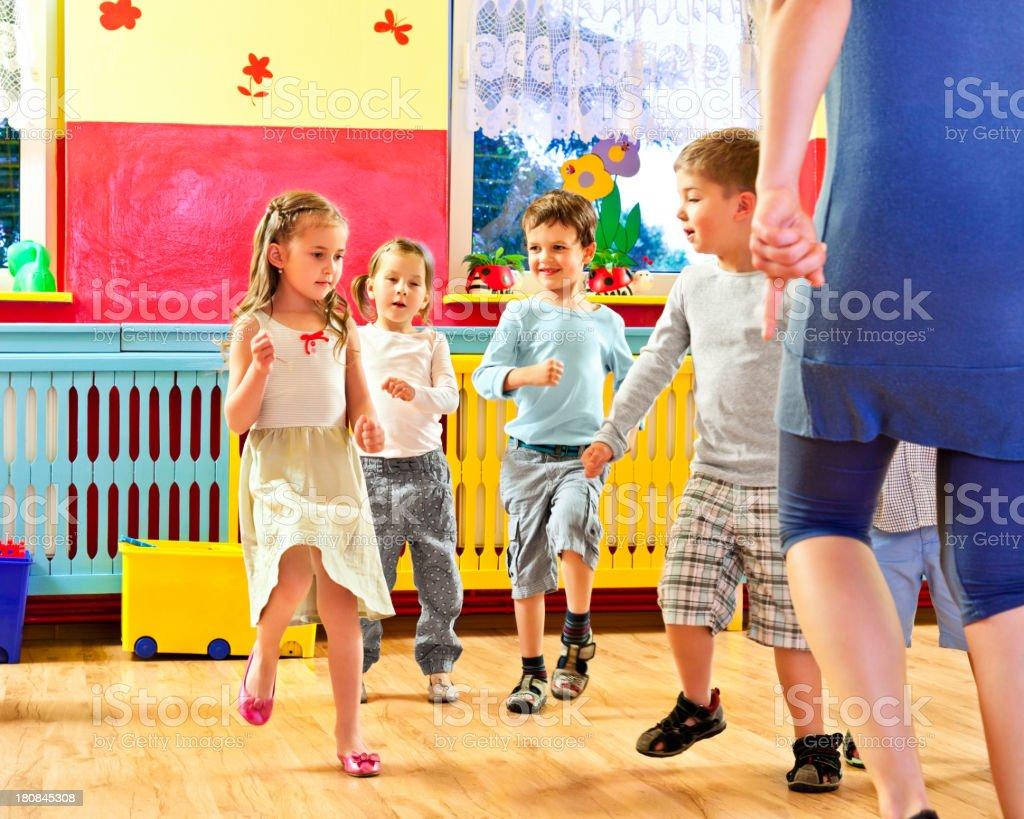 Kinder im Kinderzimmer School – Foto