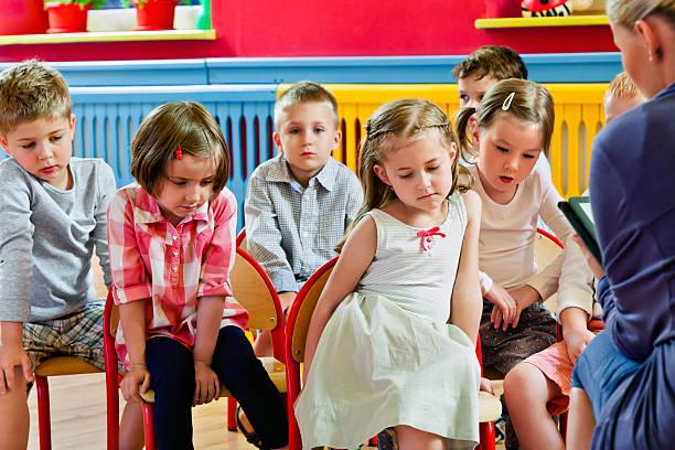 kinder im kinderzimmer school - kurzgeschichten stock-fotos und bilder