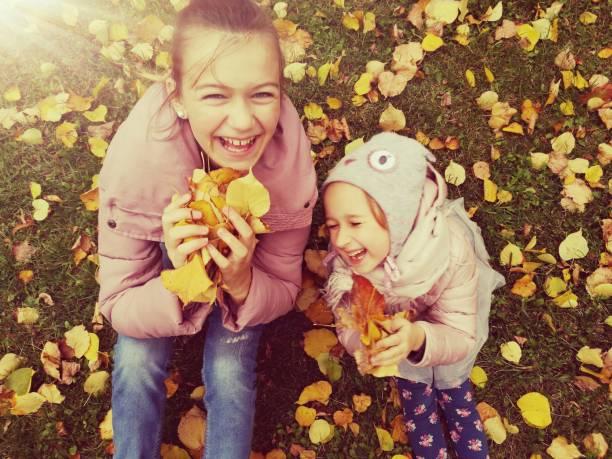 Enfants à l'automne à l'extérieur et le feuillage - Photo