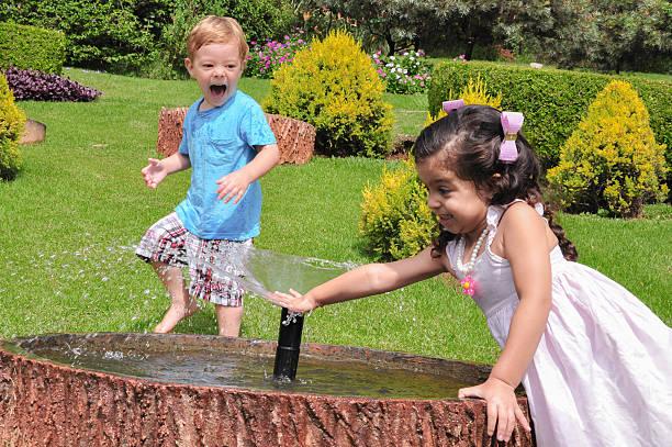 kinder im garten - hände wasser wasserhahn kinder lachen stock-fotos und bilder