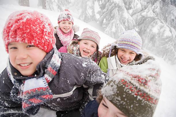 kinder im schnee - schneespiele stock-fotos und bilder