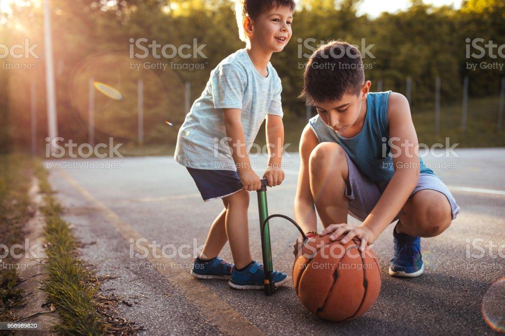 Kinder, die den Ball Aufpumpen – Foto
