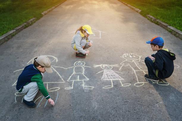 Kinder zieht auf Asphalt. – Foto