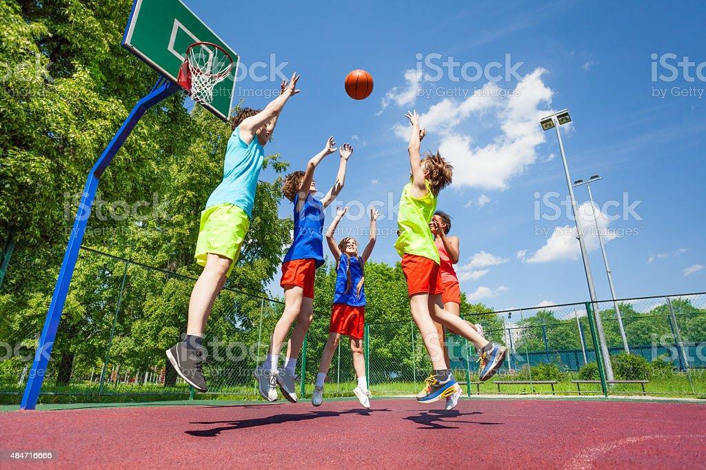 Los niños saltan de volar durante basketball ball - foto de stock