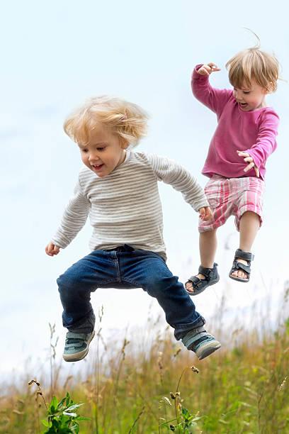 Kinder springen – Foto
