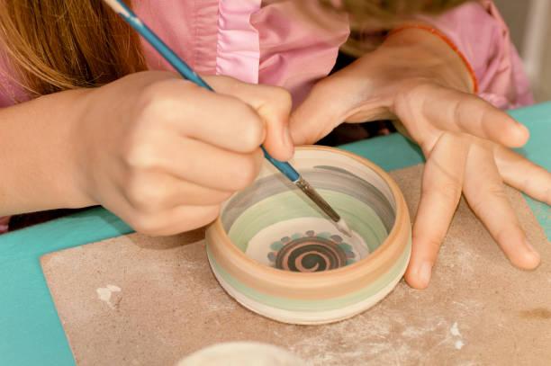 kinder lernen, keramik aus dem festival in der ukraine zu malen - bemalte tontöpfe stock-fotos und bilder