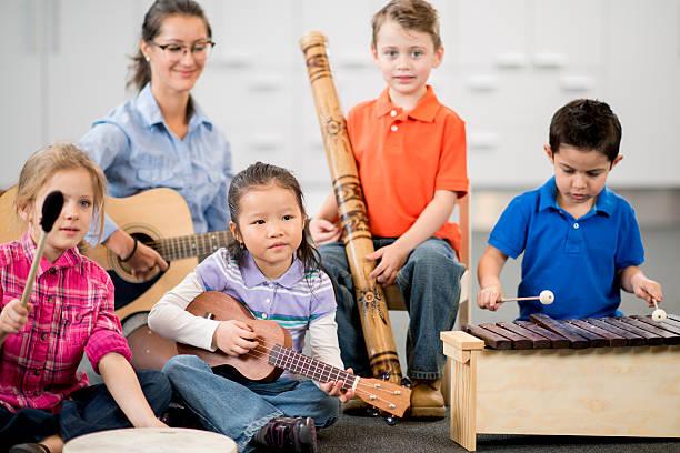 kinder lernen instrumente - ukulele songs stock-fotos und bilder