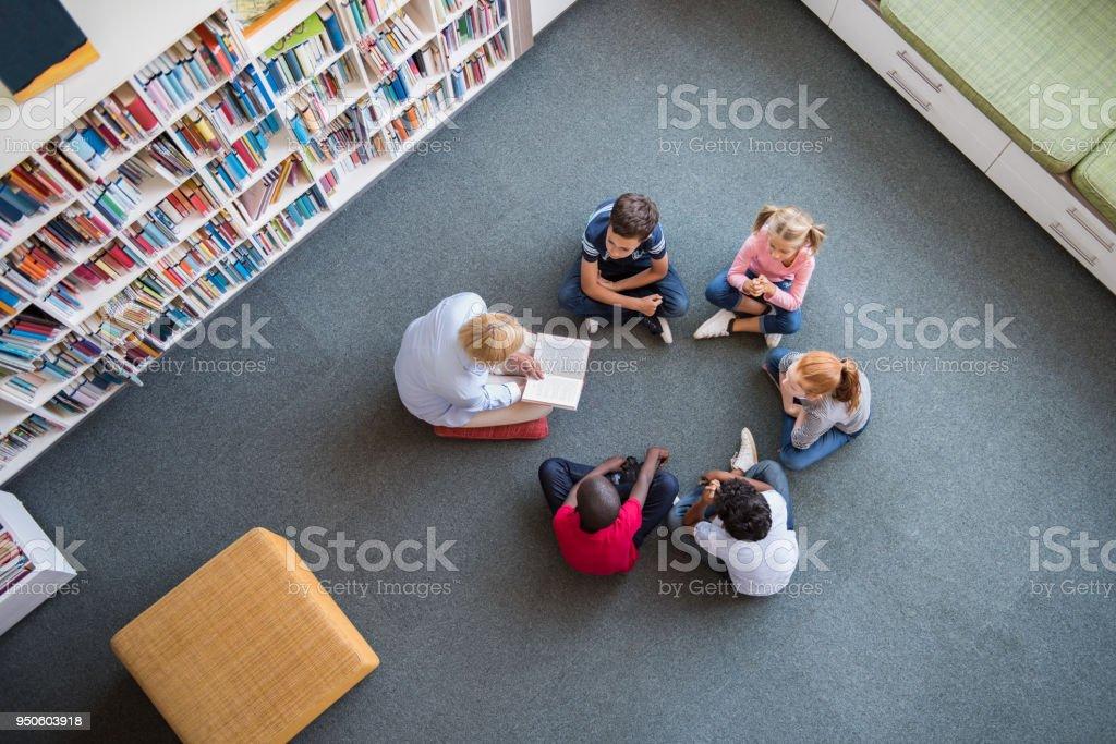 Kinder hören ein Märchen – Foto