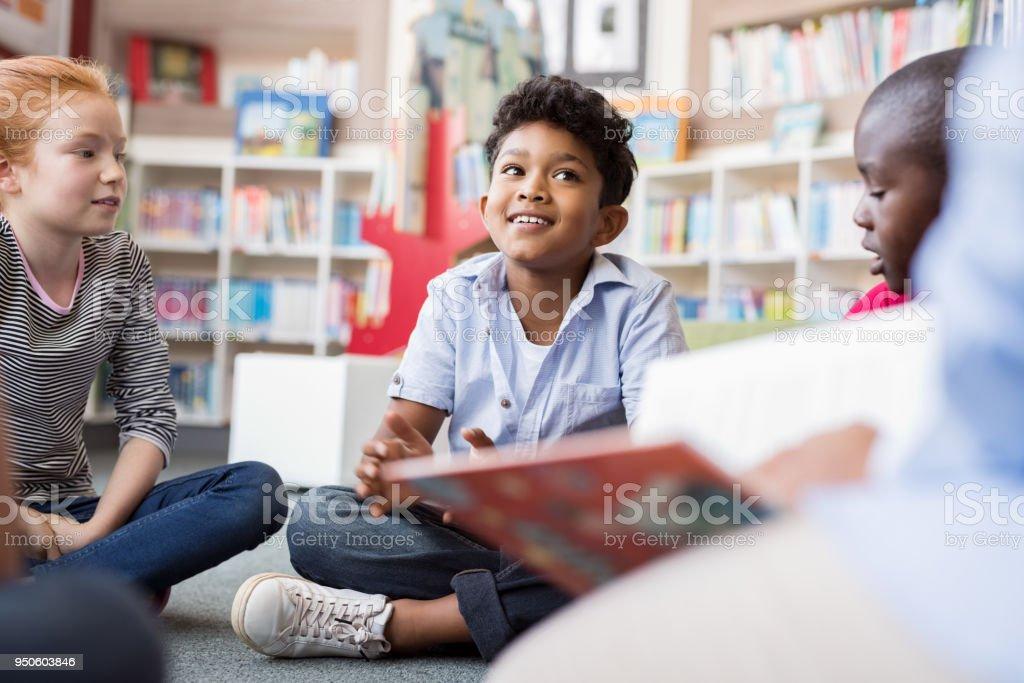Kinder hören Geschichten – Foto