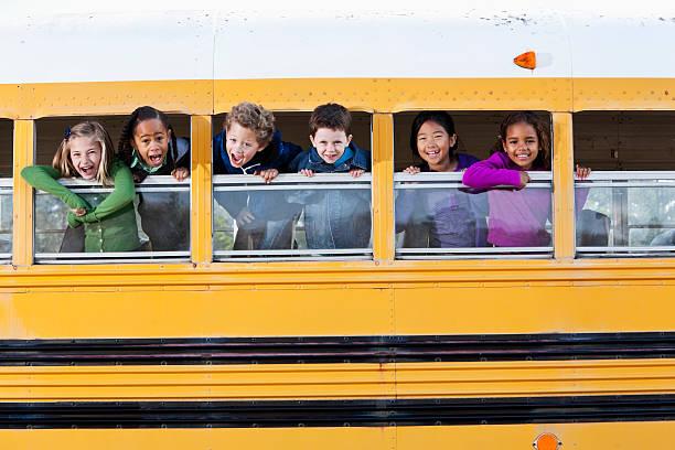 niños de la ventana mirando hacia fuera autobús de colegio - autobuses escolares fotografías e imágenes de stock