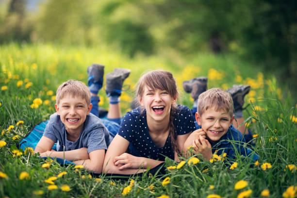 kinder im schönen rasen auf decke liegend - kinder picknick spiele stock-fotos und bilder