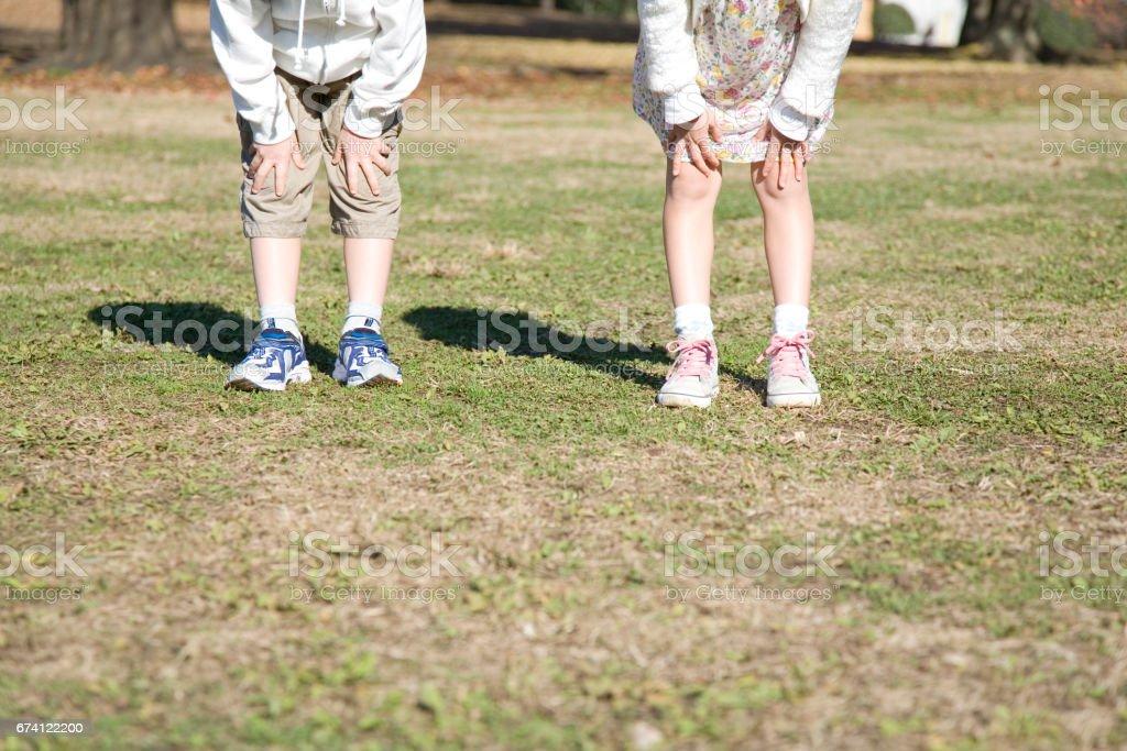 孩子們需要在膝蓋上的雙手 免版稅 stock photo