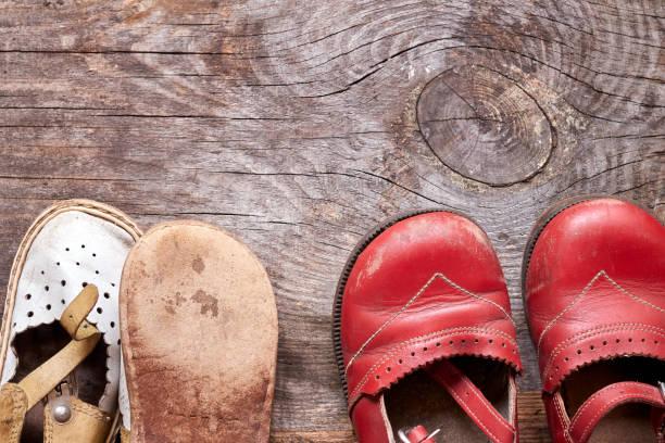 Crianças oldfashioned calçados em madeira vintage fundo vista superior. Memória infantil - foto de acervo
