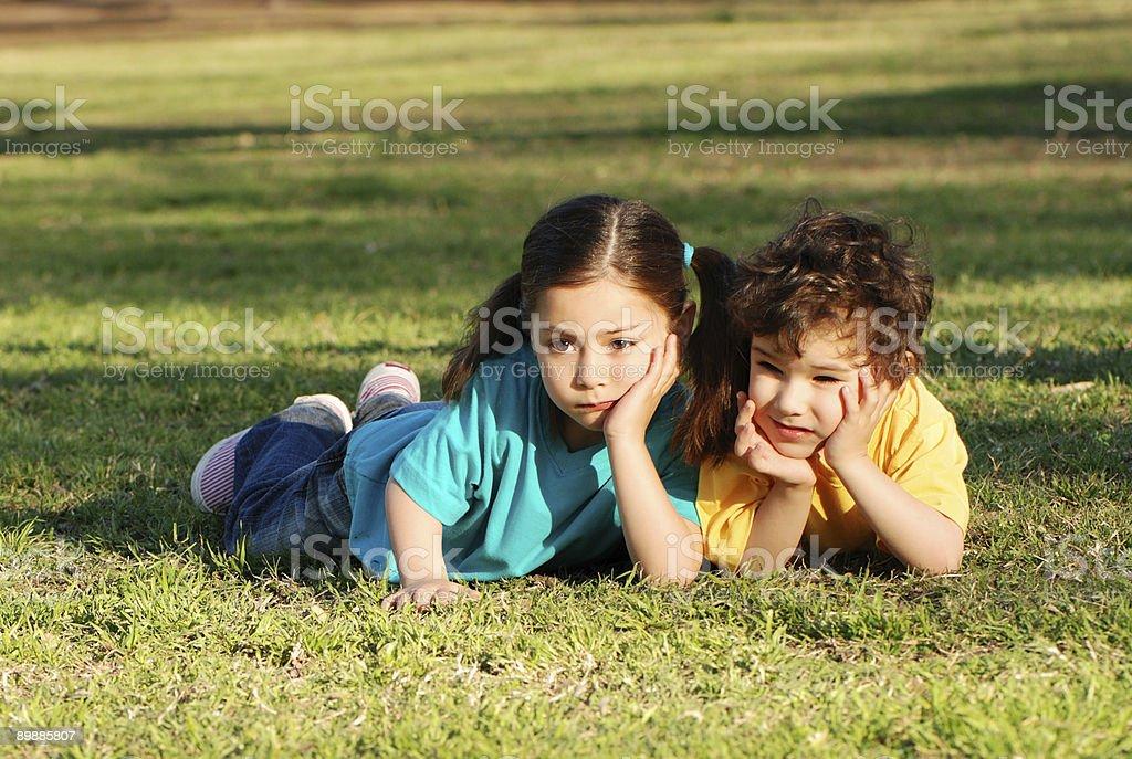 Детей на траве в парке Стоковые фото Стоковая фотография