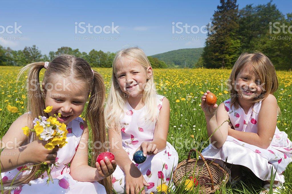 Kinder Auf Easter Egg Hunt Stockfoto Und Mehr Bilder Von Blau Istock