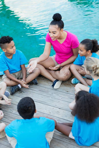 kinder auf entdeckungsreise im marine park mit lehrer - vorschulzoothema stock-fotos und bilder