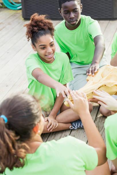 kinder auf exkursion untersuchen tierische schädel - vorschulzoothema stock-fotos und bilder