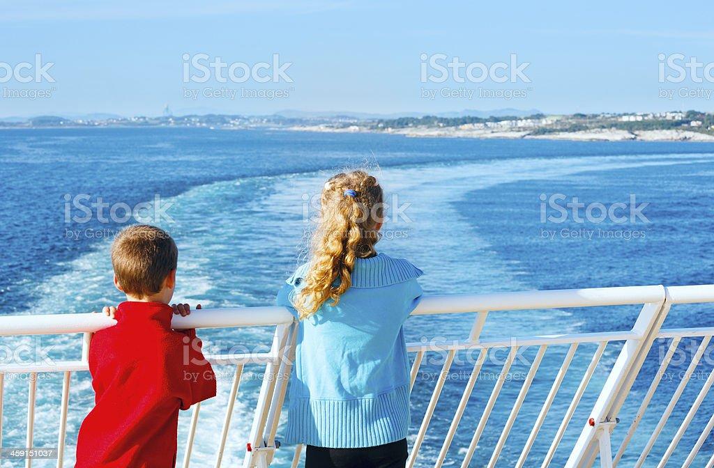Kinder auf dem deck des Schiffes – Foto