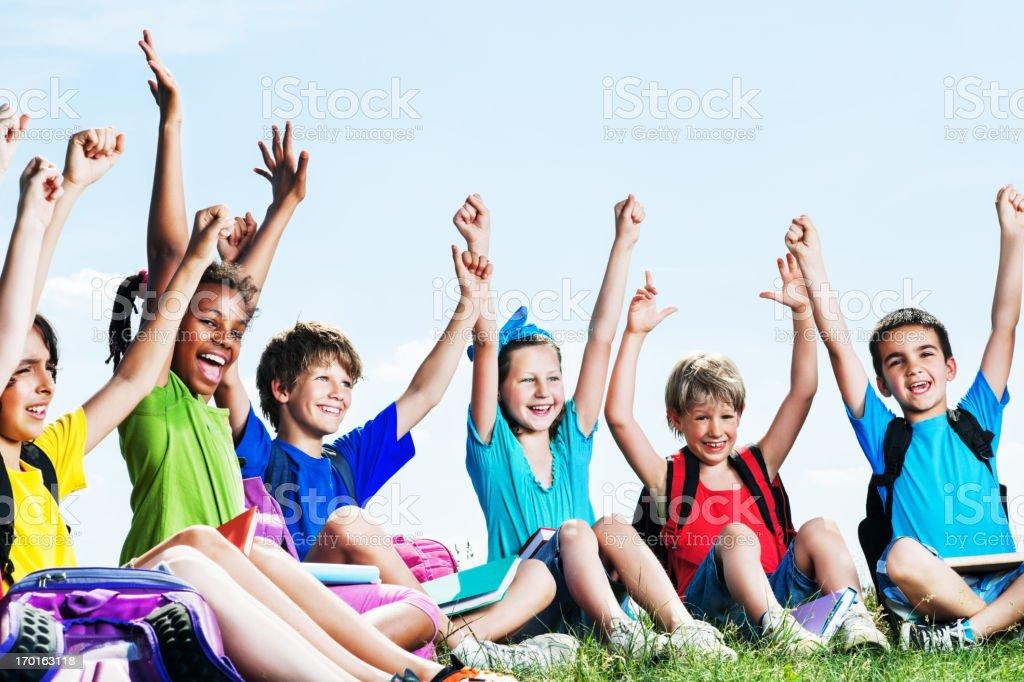 Kinder im Gras lächelnd mit Arme heben – Foto