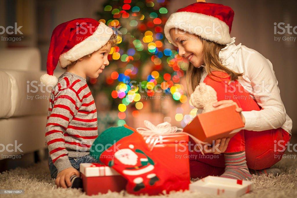 Regali Di Natale Per Bambini 2 Anni.Bambini Apertura Loro Natale Regali Di Fotografie Stock E Altre