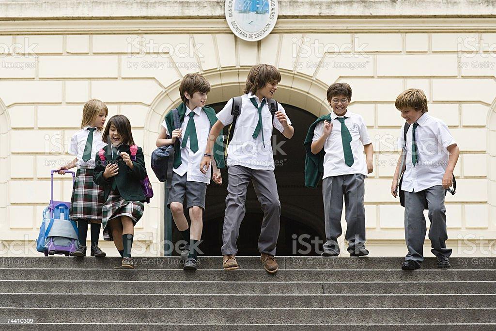 Kinder vor der Schule – Foto