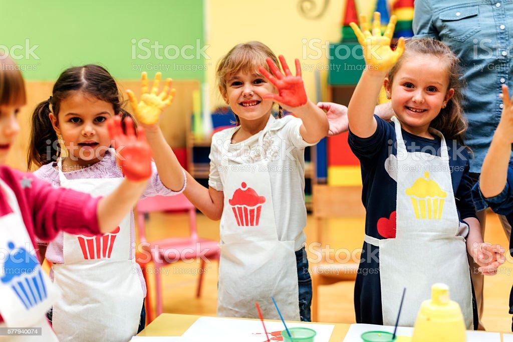Fotografía de Niños Pintando Sus Manos Con Acuarelas y más banco de ...