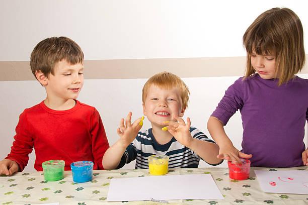 kinder, die malerei mit finger streichen - bemalte tontöpfe stock-fotos und bilder
