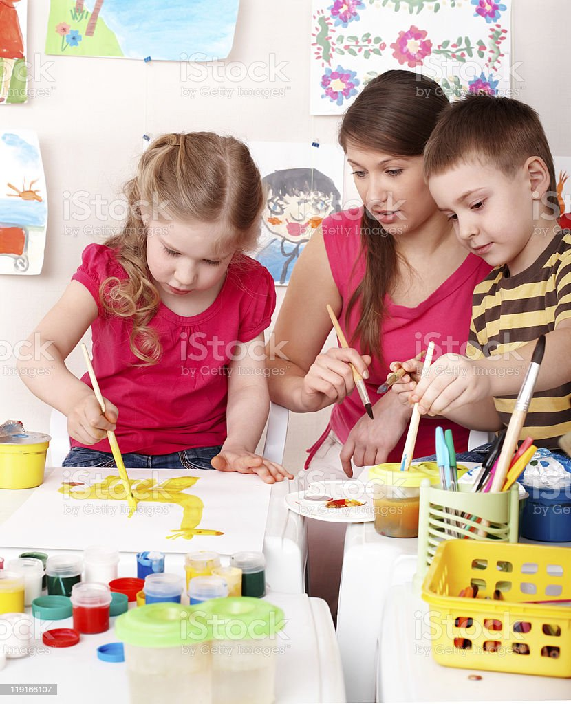 Fotografía de Niños Pintando Con Profesor y más banco de imágenes de ...