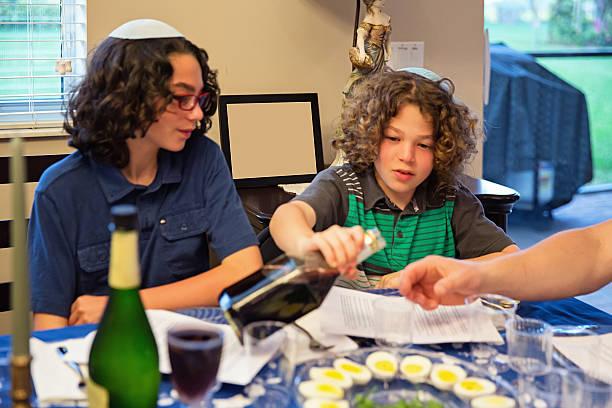 los niños que participan en pascua judía del séder - pascua judía fotografías e imágenes de stock