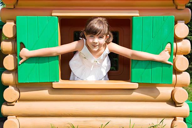 für kinder - mädchen spielhaus stock-fotos und bilder