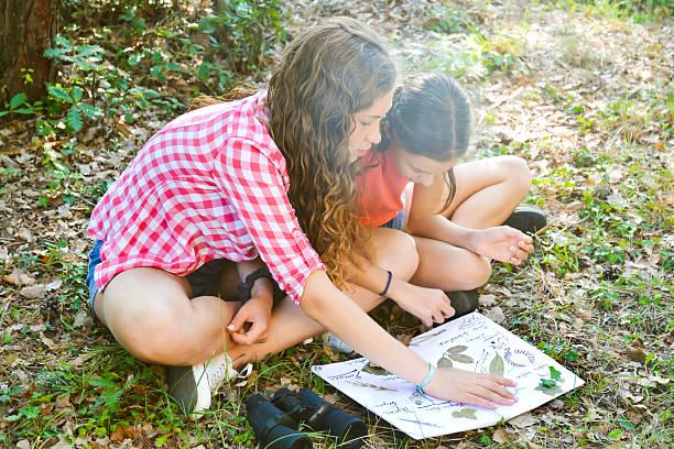 crianças planta colectores - folha de caderno imagens e fotografias de stock